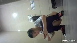 商場公共衛生間拍攝到的漂亮妹子如廁噓噓 貌似紅內褲美女逼毛濃密絕對誘惑 露臉高清